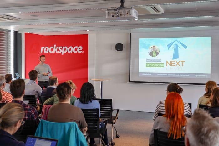 Marcus spricht über den Next Level von SEO in den Räumen von Rackspace in Zürich