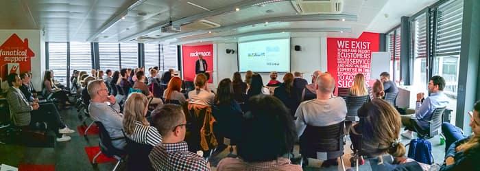 Raphael Bienz und präsentiert für die Teilnehmer des Meet'n'Suite Searchmetrics-Events
