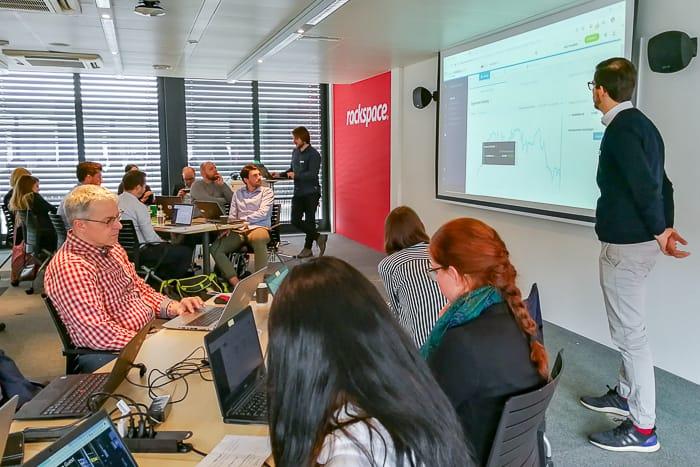 Searchmetrics Client Success Manager Marcin Zawisza und Product Marketing Manager Fabian Lahl zertifizieren die Teilnehmer